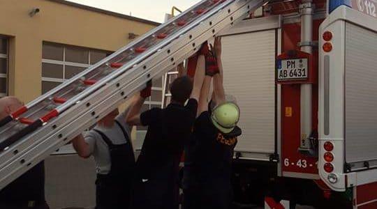 """Ausbildung: Tragbare Leitern, Handhabung """"Schlauchpaket"""" und richtige Bedienung des Hohlstrahlrohres"""